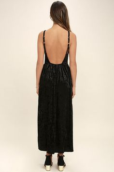 The Somedays Lovin' Erin Black Velvet Maxi Dress has us under it's spell! Elegant embroidery and sequins accent a backless, triangle bodice supported by adjustable straps. Stretch velvet sweeps from an elasticized waist into a maxi skirt with twin side slits.