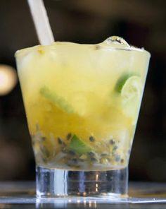CAIPIRINHA DE MARACUJÁ COM LIMÃO E GENGIBRE - Cachaça de aroma levemente amadeirado - pode ser tbm com limão e gengibre