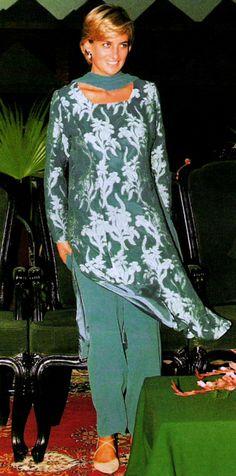 May Diana, Princess of Wales visiting Shaukat Khanum Memorial Hospital in Lahore, Pakistan. Princess Diana Family, Royal Princess, Princess Of Wales, Diana Fashion, Royal Fashion, Princesa Diana, Kate Middleton, Prinz Charles, Lady Diana Spencer