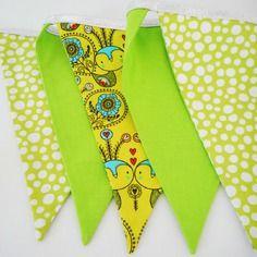Guirlande de 5 fanions - tissu vert uni et imprimés - décoration murale chambre d'enfant