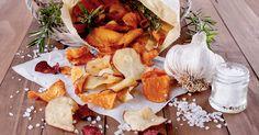 Obwohl wir wissen, dass Kartoffelchips alles andere als gesund sind, können wir den fettigen Snacks nicht widerstehen. Gemüsechips sind eine gesunde Alternative – wir zeigen euch, wie ihr die gesunden Knabbereien selbst machen könnt