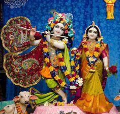 Krishna Hindu, Radha Krishna Photo, Krishna Photos, Krishna Love, Hare Krishna, Laddu Gopal, Radha Rani, Krishna Wallpaper, Beaded Brooch