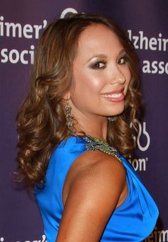 Art Cheryl Burke shines with wavy hairstyle hair-beauty