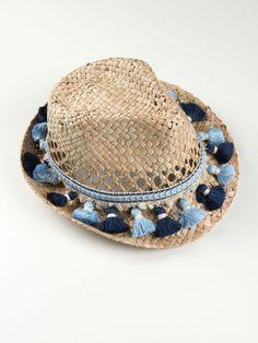 Sombrero playa de paja decorado con pasamanería en tonos azules. Disponemos también capazo y clutch de playa a juego para completar el kit