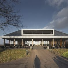 Golf clubhouse: zinc coated roof. Golf clubhuis: zinken dakbekleding.