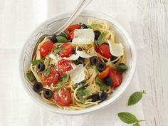 Probieren Sie die leckere Pasta mit Kirschtomaten, Oliven und Parmesan von Eat Smarter oder eines unserer anderen gesunden Rezepte!
