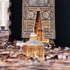 A standoff moment of Maqam-e-Ibrahim captured during tawaf in front of Golden door of Kaaba Mecca Wallpaper, Quran Wallpaper, Islamic Wallpaper, Islamic Images, Islamic Pictures, Islamic Videos, Alhamdulillah, Mecca Masjid, Mekkah