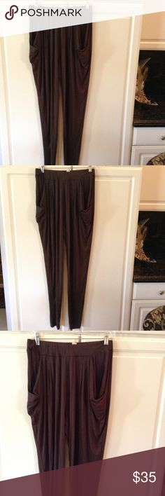 🎉 CLEARANCE 🎉 Michael Kors Olive Pants Beautiful and very lightweight dark olive stretchy pants with tapered legs, very narrow at the bottom, deep pockets on the side, stretchy waistband, excellent condition. MICHAEL Michael Kors Pants
