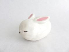 I would definitely reserve a spot on my salon table if I'd get my hands on one of these supercute ceramic creations by Akiko Honda. More on the blog: http://www.artisticmoods.com/akiko-honda/