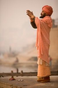 Молитва Ганг Варанаси / A holy Swami praying beside the river Ganges at Varanasi We Are The World, People Around The World, In This World, Around The Worlds, Varanasi, Amazing India, Photos Voyages, Bhutan, Portraits