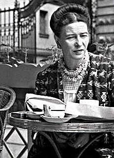 Simone de Beauvoir (1908-1986) fue una escritora, profesora y filósofa francesa. Escribió novelas, ensayos, biografías y monográficos sobre temas políticos, sociales y filosóficos. Su pensamiento se enmarca dentro del existencialismo y algunas obras, como El segundo sexo, se consideran elementos fundacionales del feminismo. Fue pareja del también filósofo Jean Paul Sartre.