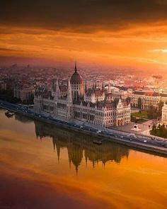 Sunrise over the Parliament building in Budapest, Hungary 🇭🇺🏰✨ Most Beautiful Cities, Beautiful Places To Visit, Budapest Travel, Budapest City, Voyager Loin, Destination Voyage, Blog Voyage, Travel Abroad, Travel Trip