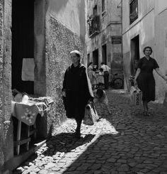 Lisboa revisitada. Alfama, década de 60. Old Photography, Vintage Party, Tumblr, Light And Shadow, Portuguese, Old Photos, Art Reference, The Neighbourhood, City Photography