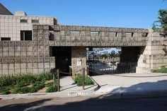 The Ennis House by architect Frank Lloyd Wright was built in 2655 Glenower Ave., Los Angeles, California, United States in Organic Architecture, Amazing Architecture, Architecture Details, Frank Lloyd Wright Buildings, Frank Lloyd Wright Homes, Ennis House, Usonian, Griffith Park, Brown House