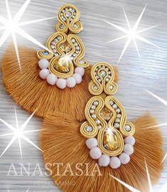 No hay texto alternativo automático disponible. Shibori, Maxi Collar, Soutache Jewelry, Tassel Earrings, Diy, Brooch, Jewels, My Style, Handmade