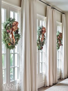 Looking for for ideas for farmhouse christmas decor? Check this out for unique farmhouse christmas decor inspiration. This farmhouse christmas decor ideas seems absolutely wonderful. Classic Home Decor, Classic House, Atlanta, Decorating Your Home, Diy Home Decor, Decorating Ideas, Room Decor, Foyer Decorating, Holiday Decorating
