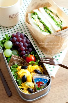Sandwiches of egg and crab, grapes, tomatoes, broccoli, black beans and pumpkin salad, laughing cow cheese.