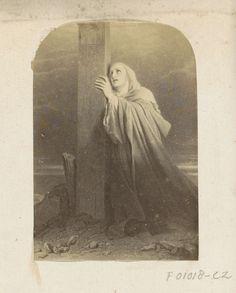 Anonymous   Fotoreproductie van (vermoedelijk) een prent met een wenende vrouw onder het kruis, Anonymous, c. 1860 - c. 1870   Onderdeel van Engels familiealbum met foto's van personen, reizen, cricket en kunstwerken.