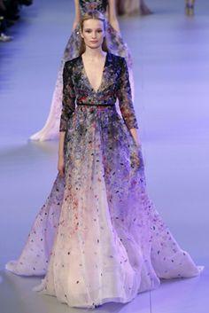 Um modelo anda a pista durante a apresentação da coleção de alta costura Elie Saab Primavera 2014 durante a Paris Haute Couture Fashion Week em 22 de janeiro de 2014 em Paris, França.