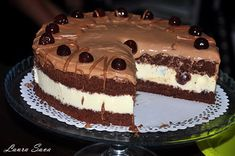 Tort cu crema de ciocolata si visine din visinata Food Cakes, Cake Recipes, Food And Drink, Sweets, Cooking, Desserts, Garden, Deserts, Recipes