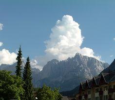 Wolke trifft Berg. Interessant, dicke weiße Wolke über einem Bergmassiv der Julischen Alpen. Schnappschuss 2012 von Kranjska Gora in Slowenien aus.