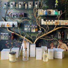 Η συλλογή του Teint de neige από Lorenzo Villoresi με άρωμα, αποσμητικό, πούδρα, κρέμα σώματος, αρωματικό χώρου και κεριά 🤍 #teintdeneige #lorenzovilloresi #powder #roomdiffuser #candles #deodorant #bodylotion #rosinaperfumery #perfume #nicheperfume #nicheperfumery