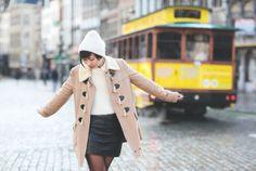 Duffle-coat Cooperative  Bonnet : APC  Pull : Topshop Jupe en cuir : ASOS