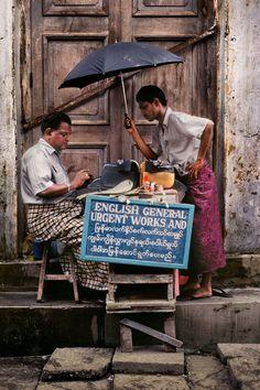 Homem datilografa em inglês uma mensagem a pedido do cliente, em Myanmar (Burma ou Birmânia). Da galeria: Basta escrever.  Fotografia: Steve McCurry.