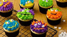 Scary Monster Cupcakes These fun, easy treats are sure to be a hit at Halloween parties this year. Just pipe frosting on cupcakes to look like monster's fur or decorate each cupcake using candy eyeballs and decorating gel. Halloween Desserts, Halloween Treats, Halloween Fun, Halloween Parties, Halloween Cupcakes Easy, Minion Cupcakes, Monster Cupcakes, Ghost Cupcakes, Decorated Cupcakes