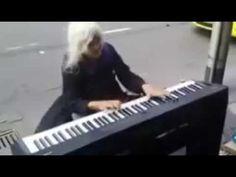 Когда эта бабуля села за пианино, все смеялись  Но когда она начала играть - YouTube Эту удивительную женщину зовут Натали Трейлинг, и живет она в Мельбурне, Австралия. У Натали была очень тяжелая жизнь. Она родилась в семье иммигрантов из Хорватии в 1940-х годах, но в 1993 переехала в Мельбурн, где устроилась работать в мотель. Однако вскоре мотель закрылся, и в течение 9 лет Натали жила на улице. Она нередко заглядывала в музыкальный магазин, где ей разрешали поиграть на пианино.