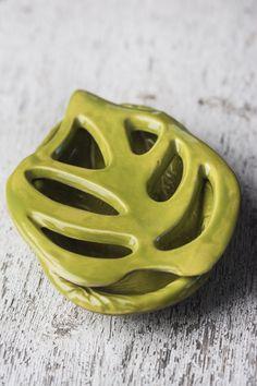 Porte-savon deux pièces: dessus feuille Philo, dessous impression branche de pin, glaçure vert flou sur argile pâle. www.oasisdouceur.com