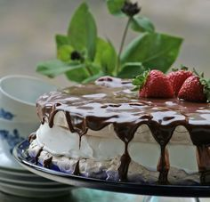 An absolutely delicious merinque cake with strawberries, chocolate and yankiebar Meringue Pavlova, Meringue Cake, Chocolate Pavlova, Cake Recipes, Dessert Recipes, Yummy Recipes, Fancy Desserts, Strawberry Cakes, Food Cakes