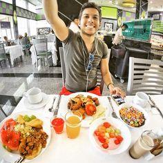 El Youtuber Alex Tienda desayunando en el Riu Palace Peninsula, Cancún.