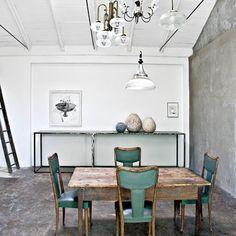 Une salle à manger théâtralement meublée