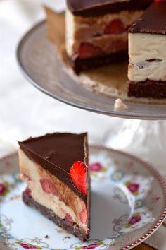 Raw Chocolate Srawberry Cake (recipe in German)