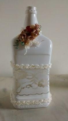 Linda garrafa decorada com renda ( pintura) e mini rosas cetim, Boa opção para decorar.