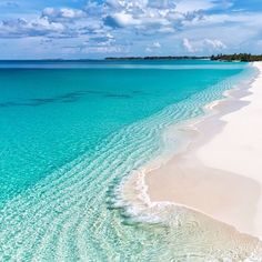 White beach and crystal clear water of The Bahamas 💙💙💙 Pic ✨ & ✨ Dream Vacations, Vacation Spots, Places To Travel, Places To See, Places Around The World, Around The Worlds, The Beach People, Image Nature, Beautiful Beaches