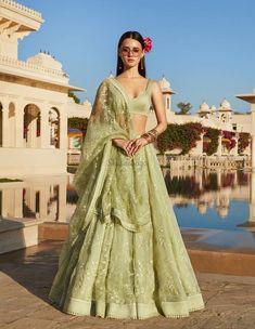 Find top trending and unique Sabyasachi Lehenga Designs for your dream bridal look. Best bridal lehenga designs by Sabyasachi for 2020 weddings. Indian Lehenga, Sabyasachi Lehenga Bridal, Green Lehenga, Anarkali, Sabyasachi Dresses, Bollywood Lehenga, Lehenga Wedding, Punjabi Wedding, Costumes