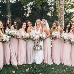 Kisses for the bride + her bridesmaids in #mumuweddings!