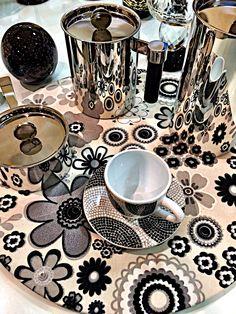 No mesmo tema, anos 70 , olha que ideia genial, para colocar como bandeja o nosso Sousplat, vc pode montar em casa ou mesmo no escritório de trabalho, fica um charme !!!!! #trabalho #escritório #recebendoamigos #casaejardim #mesa #amesacomcharme #tabletop #casacomcarinho #mesadecorada #decoracao Tabletop, Tableware, Art, 1970s, Ideas, Art Background, Dinnerware, Table, Dishes