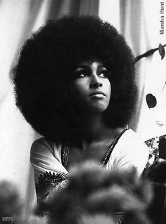 Black is Beautiful era. African Americans began wearing their hair in an afro state, celebrating the beauty of the African American, although afro's were considered threatening to the white population. 1970s Hairstyles, Cool Hairstyles, Hollywood Hairstyles, Curly Hair Styles, Natural Hair Styles, Coiffure Hair, Moda Hippie, Flapper, Pelo Afro
