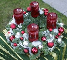 Candlestick is an essential accessory to create a amazing mood that can create a holiday atmosphere in our home. Centerpiece Christmas, Christmas Advent Wreath, Xmas Wreaths, Christmas Table Decorations, Decoration Table, Christmas Time, Holiday Decor, Decor Diy, Christmas Adverts