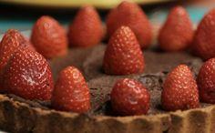Bela Gil ensina a fazer aquela torta de chocolate que não vai prejudicar sua dieta. Confira só!