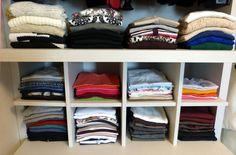 Nos nichos foram colocadas camisetas organizadas por manga e cor. Primeiro foi feita a separação por mangas e, dentro delas, a divisão dos blocos de cor.