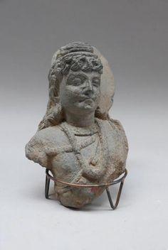 Tête dans le style du Gandhara. Pierre. H: 21 cm.