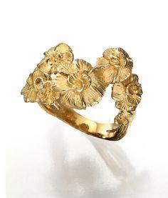 Gardenias ring in yellow gold.  www.carreraycarrera.com