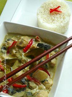Crémeux et parfumé, je ne me lasse pas de goûter ce plat, merveille de la cuisine thaïlandaise. Pour l'apprécier à sa juste valeur, je vous conseille tout de même d'ajouter le piment rouge thaï. Et pour les palais sensibles, uniquement la moitié.