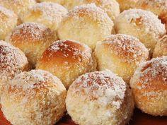 A Lua de mel é um doce indescritível, feito a partir de uma massa super macia, que leva leite condensado e coco. Ótima se servida gelada, é indicada para coffee breaks, chás da tarde ou como sobremesa. | Guia Tá na Mão.