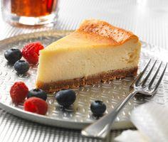 Tro det eller ej, men en klassisk cheesecake är en sån som bakas i ugn. Den här varianten kallas också New York cheesecake. God att servera tillsammans med säsongens bär och enklast att skära upp och servera kylskåpskall.