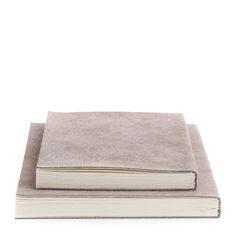 Suede anteckningsbok från Nordstjerne med ett elegant omslag av mocka. Perfekt för anteckningar både...